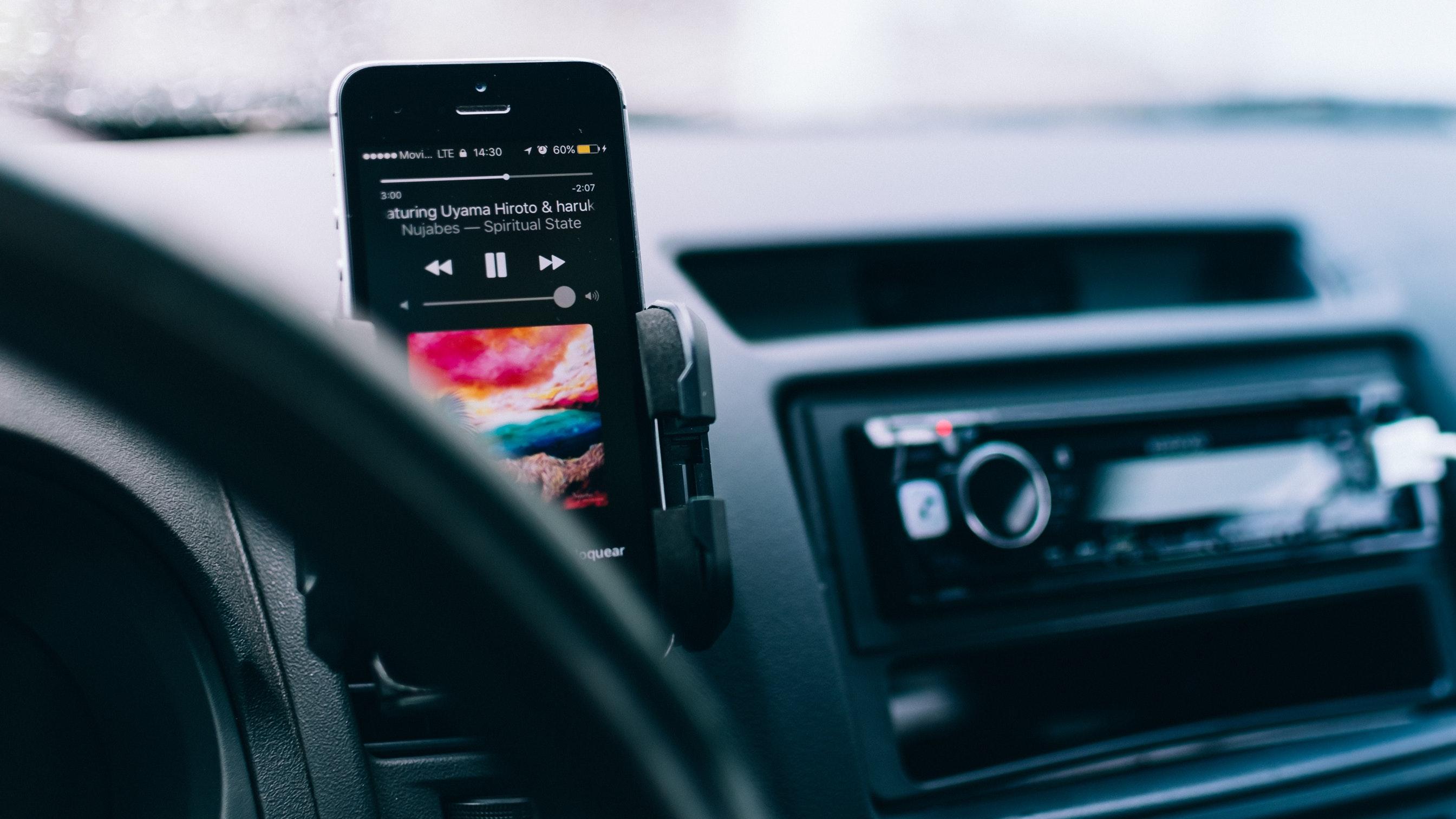 Los jóvenes valoran más tener un buen móvil que un buen coche